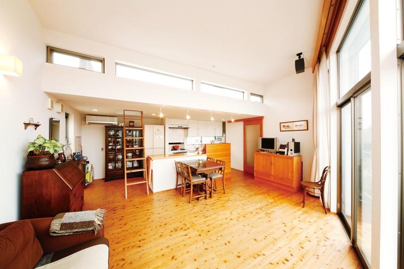 キッチン上の窓からは柔らかい光が差し込みます