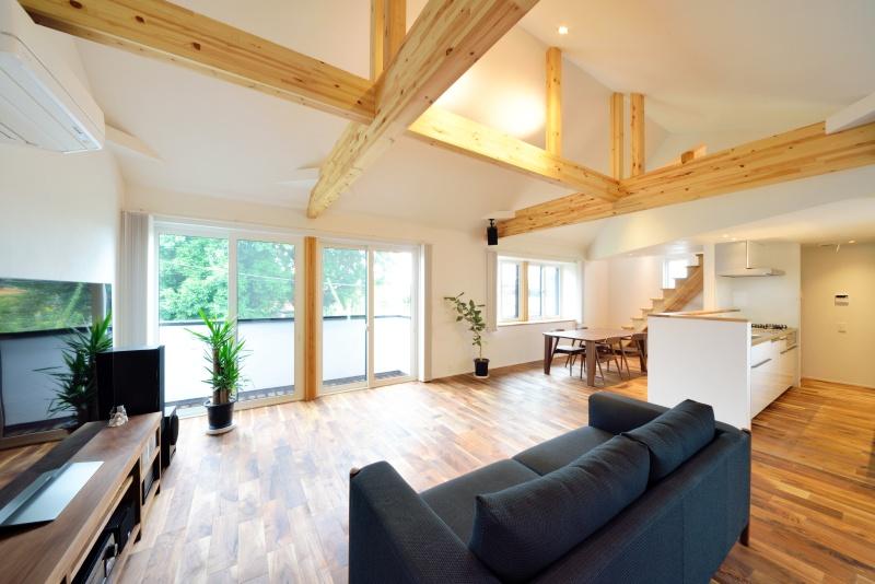 チークの床が高級感のある空間を演出