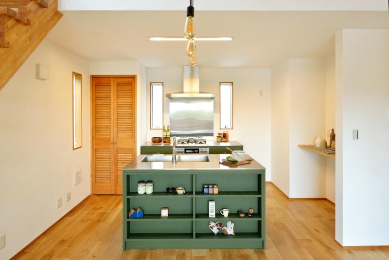 オリーブグリーンが映える2列型キッチン