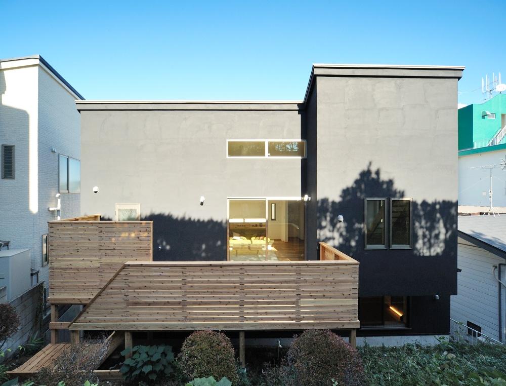 黒の塗り壁のやさしい家