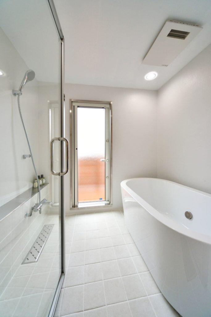 シンプルに仕上げた造作バスルーム