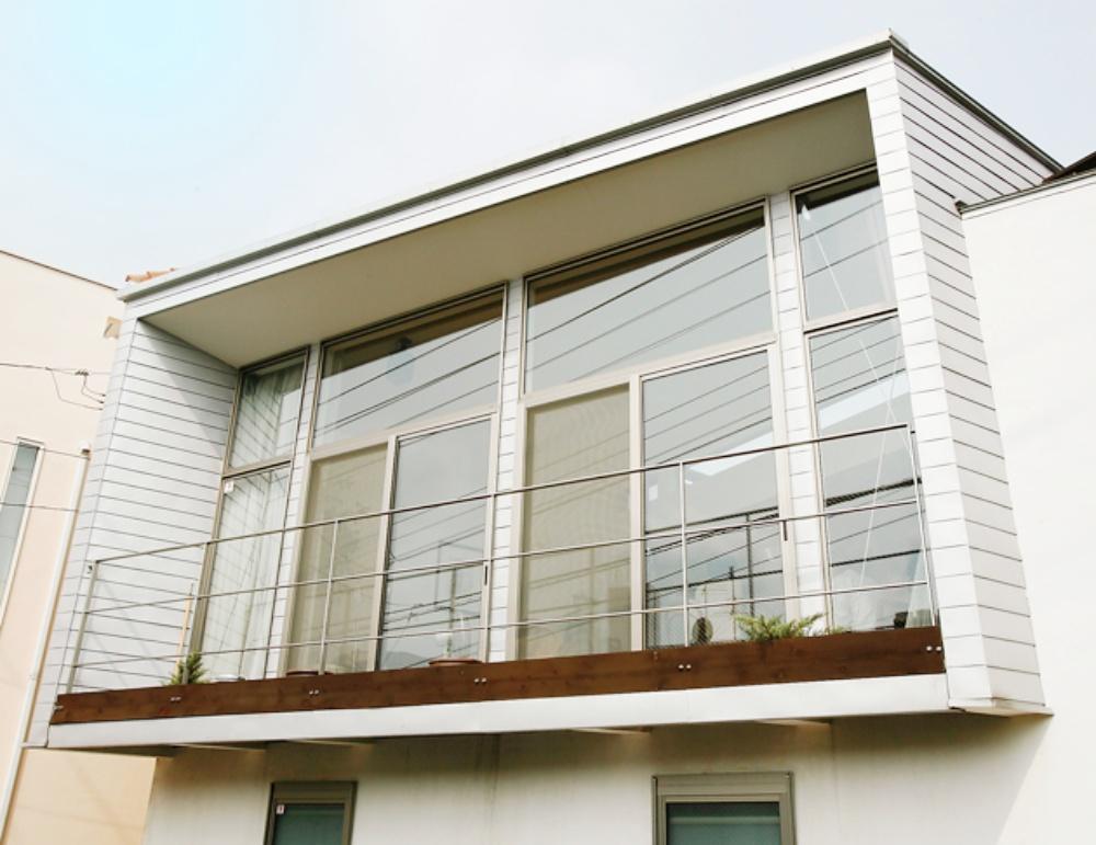 外観のアクセントになる大きな窓