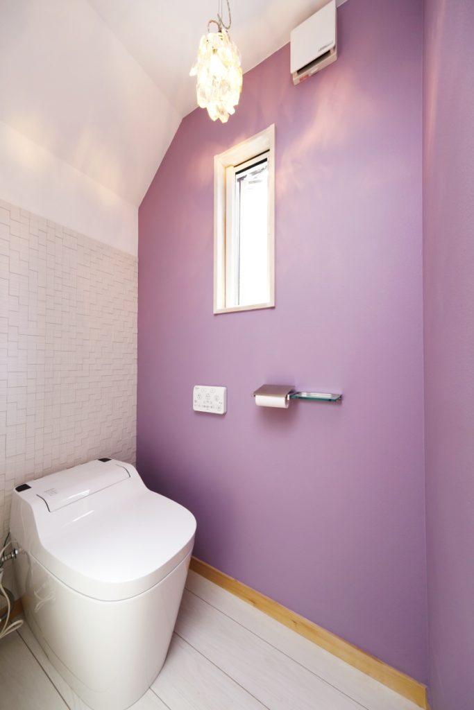 アクセントカラーが際立つ美しいトイレ