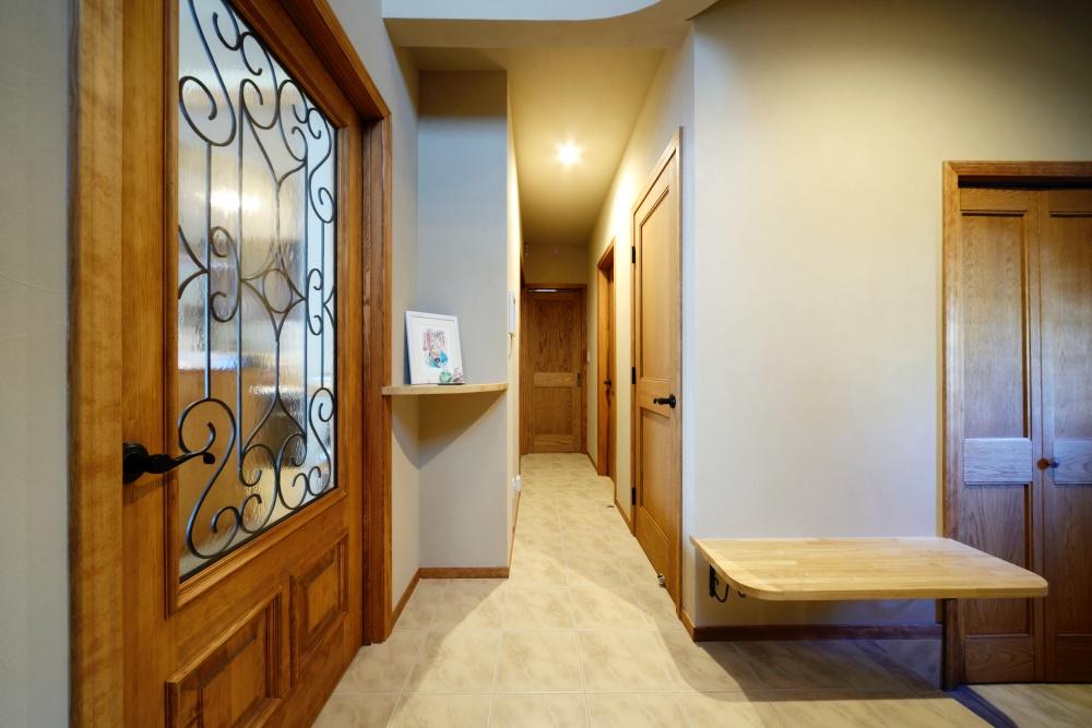 リビングドアは印象的なアイアン使いを。