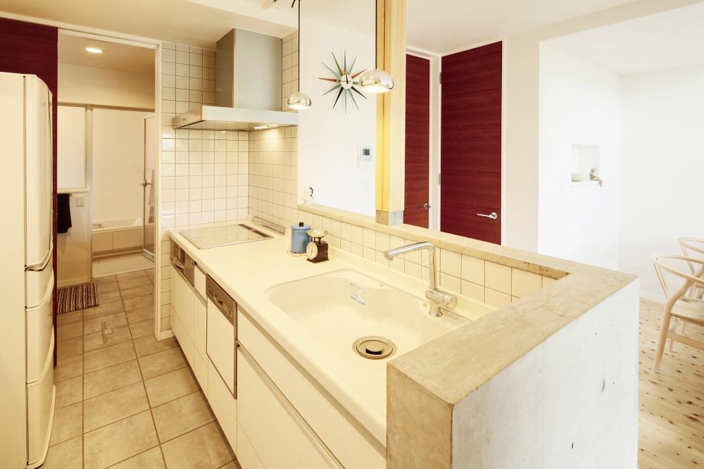既製キッチンとコンクリートカウンターのコラボ