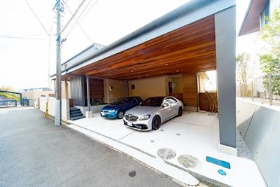 ガレージが美しい外観のアクセント、ダイナミックな日吉の家